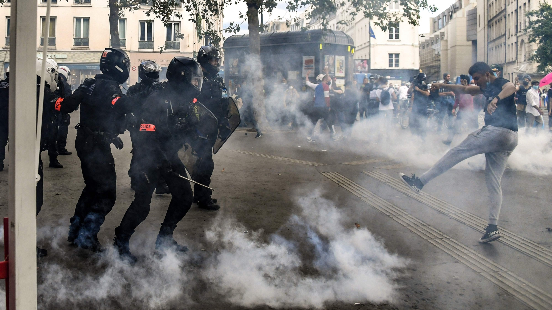 Paris police fire tear gas as anti-vaccine protests swell - The Washington  Post