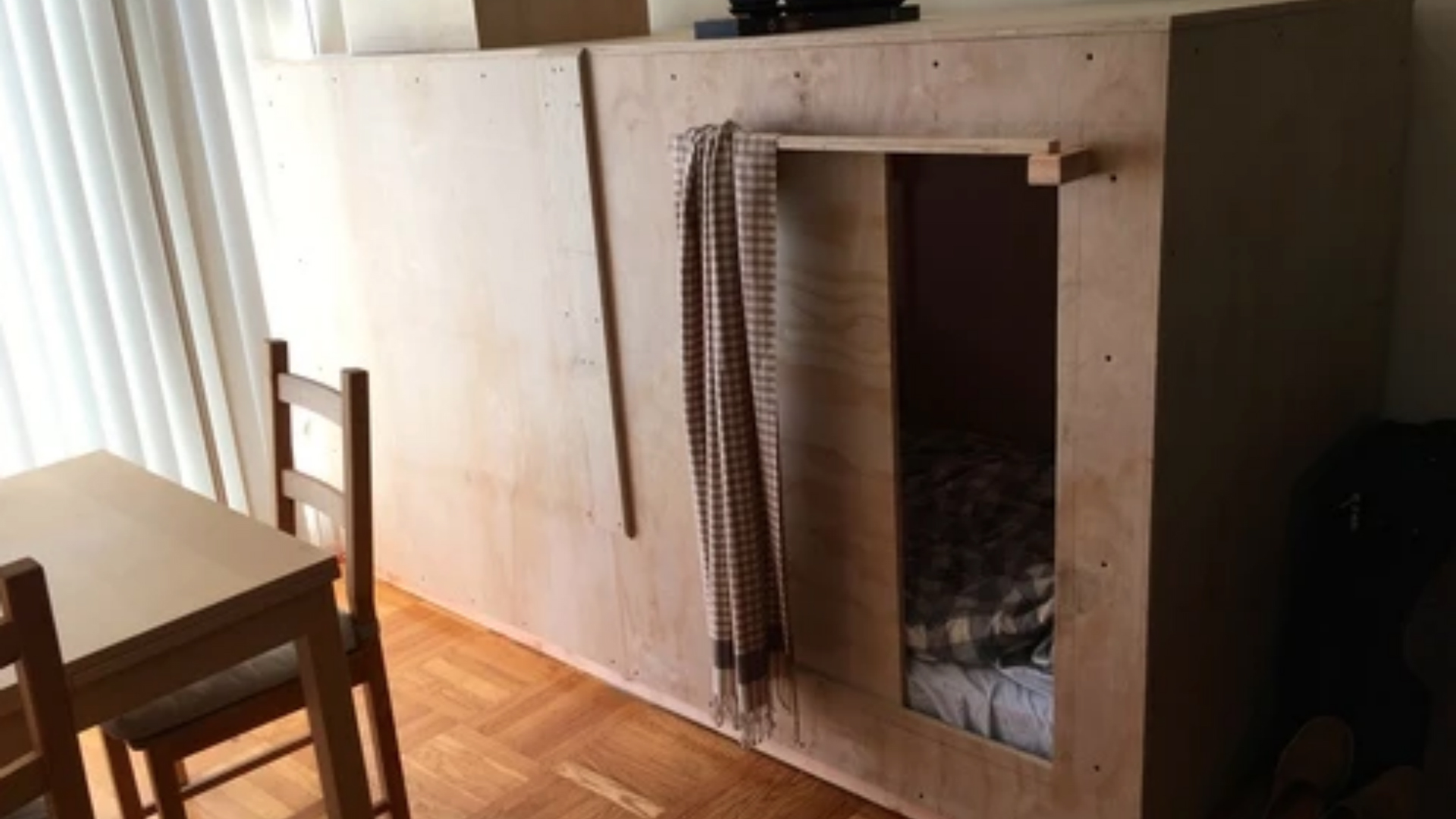 Man moves to San Francisco, pays $400 a month to sleep in wooden box in friends' living room