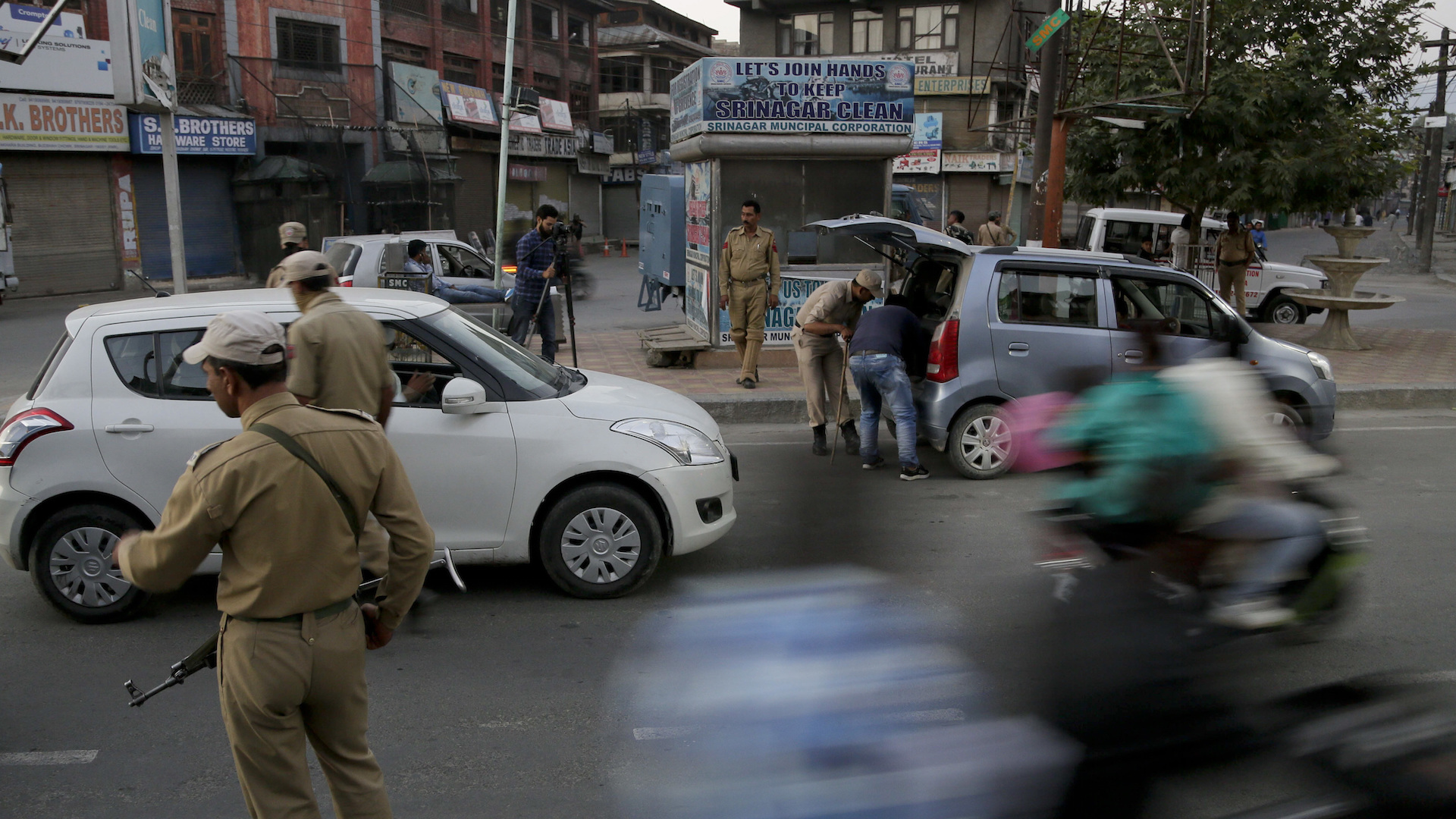 Indian army suffers worst loss in years to militants, as 17 soldiers die in Kashmir
