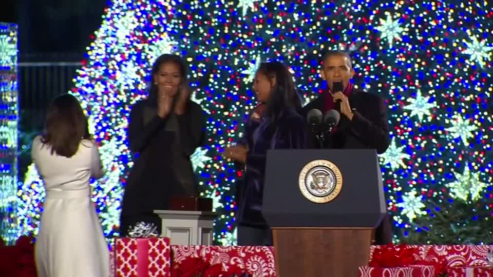 Obama Christmas.Obama Lights White House Christmas Tree For The Last Time